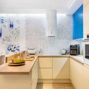 Кухня отделена от столовой практичным полуостровом.  Дизайн: Джоанна Навроцка, JN Studio Joanna Nawrocka.  Фото  Лукаш Бера