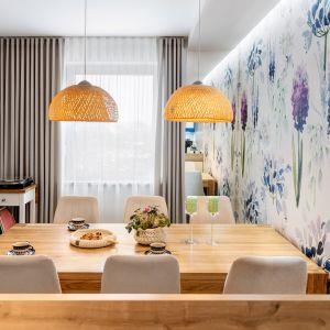 Светильники отлично сочетаются со всем оформлением столовой.  Дизайн: Джоанна Навроцка, JN Studio Joanna Nawrocka.  Фото  Лукаш Бера