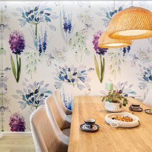 Цветочные обои в столовой придают устав всей гостиной.  Дизайн: Джоанна Навроцка, JN Studio Joanna Nawrocka.  Фото  Лукаш Бера