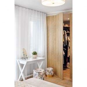 W sypialni znajduje się także wygodna, bardzo pojemna garderoba. Projekt: Joanna Nawrocka, JN Studio Joanna Nawrocka. Fot. Łukasz Bera