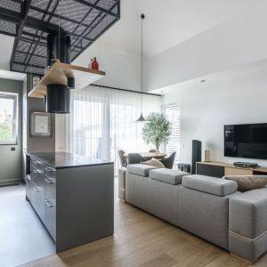 Ściana za telewizorem wykończona jest białą farbą. Projekt: Plan 9. Studio architektury Katarzyna Kaftańska. Fot. Tomasz Hejna LAGOMphoto