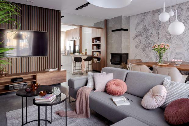 Dodatki i dekoracje potrafią wyczarować w salonie naprawdę niepowtarzalną atmosferę. Wiosna to doskonała okazja by odświeżyć aranżację wnętrza. Co i jak warto zmienić? Podpowiadamy i pokazujemy 15 świetnych pomysłów.