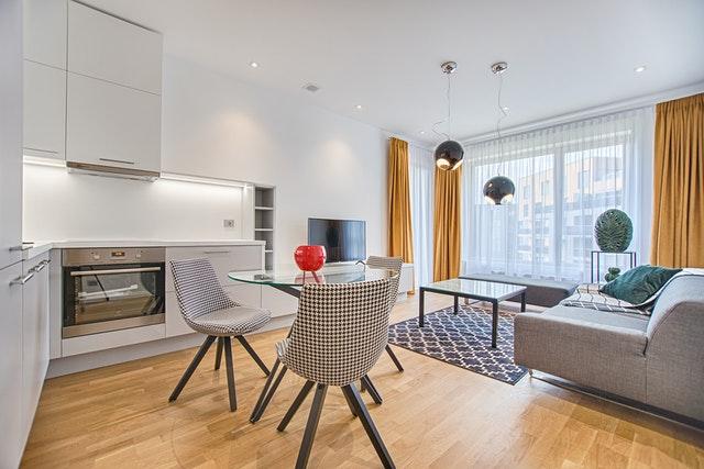 Ustawienie tego niewielkiego stołu sprawia, że wnętrze jest funkcjonalne, a zarazem estetyczne.