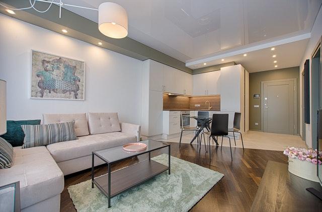 Jadalnia pomiędzy kuchnią i salonem to idealne rozwiązanie w małym pokoju dziennym.