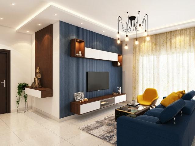 Ciemnoniebieska ściana w nowoczesnym salonie to świetny pomysł na dekorację.