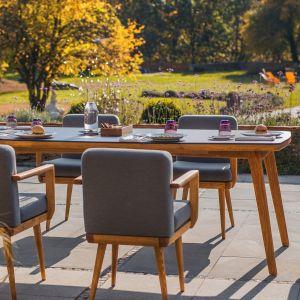 Stół z prostokątnym blatem wyróżniają skośne drewniane nogi, nadające mu lekkości. Kolekcja Bouhus. Fot. Kler