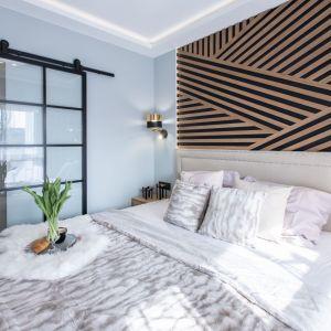 Nowoczesna sypialnia w jasnych kolorach. Charakter nadaje jej dekoracyjna ściana za łóżkiem. Projekt: Malwina Kuzera. Fot. Piotr Seweryn, SewiMedia