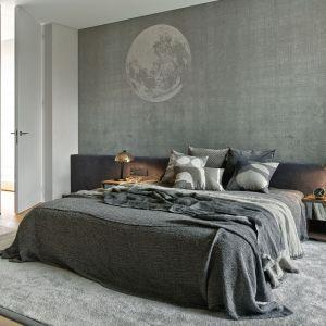Nowoczesna sypialnia urządzona w szarych kolorach. Projekt: Katarzyna Kraszewska Architektura Wnętrz. Fot. Tom Kurek