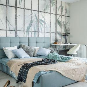 Nowoczesna sypialni jest jasna i urządzona z pomysłem. Projekt i zdjęcia: Decoroom