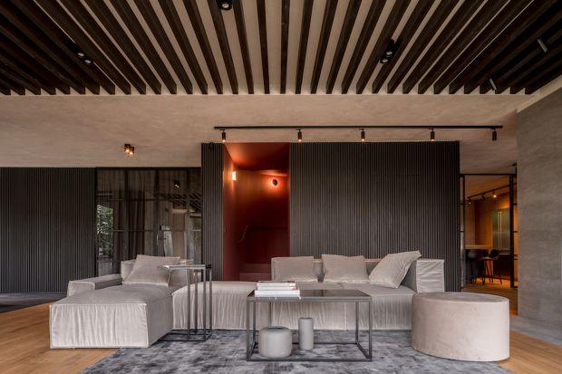 Dobra sofa, to taka która daje maksimum komfortu. I to bez względu na sposób w jaki z niej korzystamy. A jest ich obecnie całkiem sporo… Oto kilka aspektów, na które należy zwrócić uwagę szukając modelu gotowego na wyzwania codzienności.