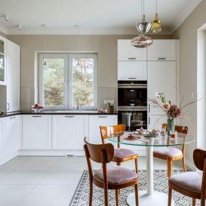 Otwarta kuchnia w klasycznej stylizacji. Projekt: Małgorzata Bacik, MM Architekci x Dekorian Home. Fot. Yassen Hristov