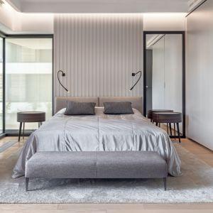 Centralne miejsce w nowoczesnej sypialni zajmuje dwuosobowe łóżko Selene marki B&B Italia. Projekt: BAJERSOKÓŁ team. Fot. Tom Kurek