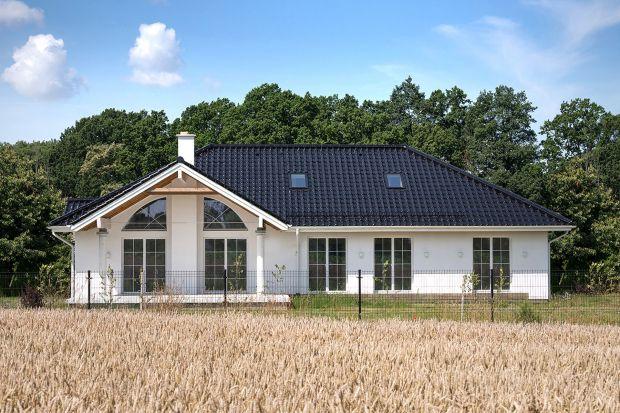 Ten stylowy dom w typie willi to w rzeczywistości jeden z dostępnych typowych projektów. Podoba ci się taki pomysł na dom? Zajrzyj do naszego artykułu, żeby dowiedzieć się więcej szczegółów o tym rozwiązaniu!