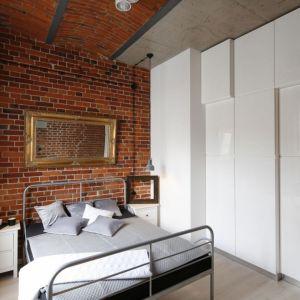 W sypialni znajduje się proste, stalowe łóżko. Projekt: Tomasz Jasiński. Fot. Bartosz Jarosz