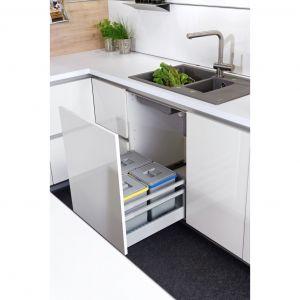 Podczas mycia warzyw, możemy od razu usuwać odpadki i umieszczać w odpowiednim pojemniku. Będzie to łatwiejsze, jeżeli umieścimy go w głębokiej, wysuwanej szufladzie zamontowanej w szafce pod zlewozmywakiem. Fot. KAM
