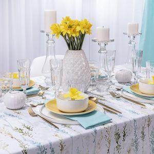 Tradycyjnie udekorowany wielkanocny stół w bieli i pastelach. Fot. Dekoria