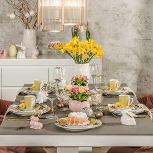 Pomysł na odświętny wielkanocny stół w pastelach. Fot. Salony Agata