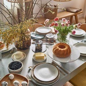 Piękny wielkanocny stół w stylu naturalnym. Fot. Vox