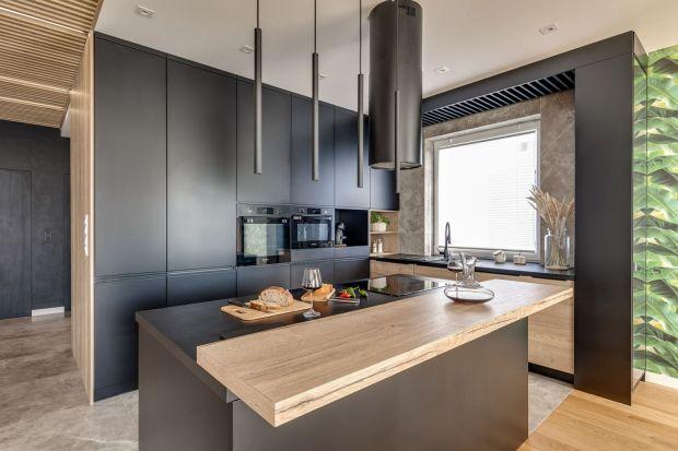 Kuchnia A.D. 2021 jest otwarta, estetyczna, przyjazna i funkcjonalna. Tam, gdzie przestrzeń na to pozwala króluje w niej wyspa z barkiem lub zintegrowanym stołem.<br /><br />