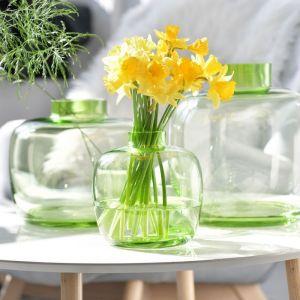 Nowa kolekcja Latitude. Delikatny zielony odcień szkła podkreśla piękno żywych kwiatów, a oryginalna forma, przełamując klasyczny kształt, dodaje wnętrzu świeżości i nowoczesności. Fot. Krosno Glass