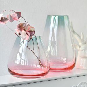 Jeśli kochacie białe kwiaty, zwróćcie uwagę na magiczne, hipnotyzujące przenikającymi się kolorami szkło limitowanej serii Molto, w kolekcji wazonów Symphony. Fot. Krosno Glass