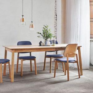 Krzesła Lorem marki Paged, tapicerowane, nogi drewniane - dąb lub buk. Cena: od 672 zł. Fot. Paged