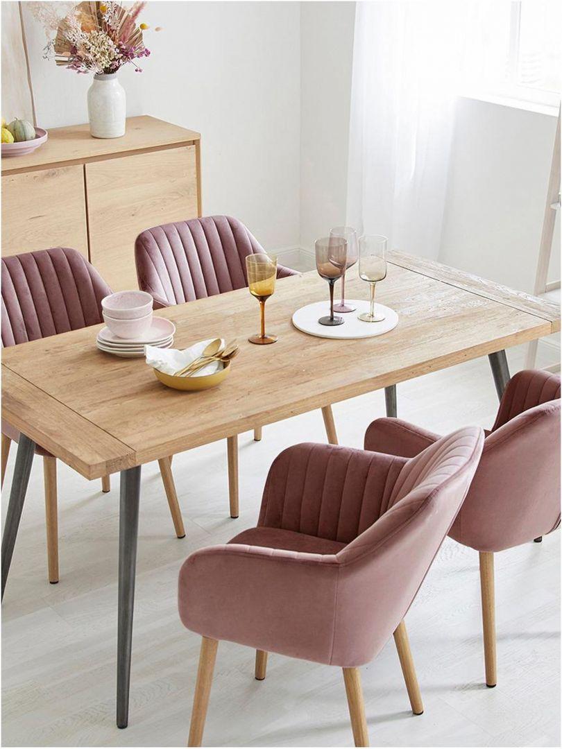 Krzesło tapicerowane z aksamitu Emilia, nogi dębowe. Dostępne różne kolory tapicerki. Cena: 480 zł. Marka: Westwing