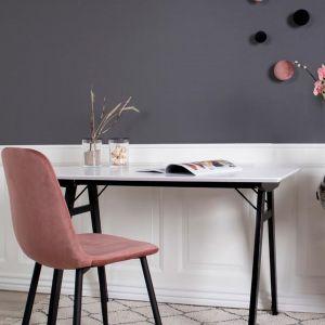 Tapicerowane krzesło z aksamitu Stockholm. Nogi z lakierowanego metalu. Cena: ok. 250 zł. Marka: Westwing