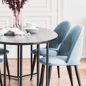 Krzesło rachel, tapicerowane, z aksamitu. Nogi to metal malowany proszkowo. Cena: ok. 500 zł. Marka: Westwing