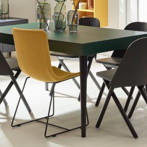 Krzesło Shell, dostępne w kolorze szarym lub żółtym. Metalowy stelaż. Cena: 669 zł. Marka: VOX