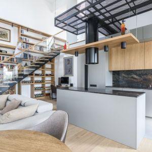 Ściana nad blatem w kuchni wykończona została kamieniem. Projekt: Plan 9. Studio architektury. Katarzyna Kaftańska. Fot. Tomasz Hejna LAGOMphoto