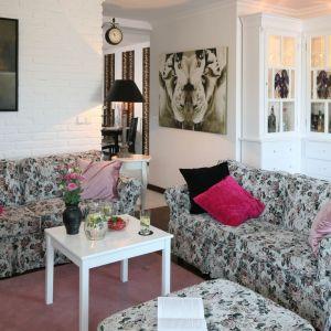 Ściana za kanapą w salonie wykończona jest cegłą w białym kolorze. Projekt: Magdalena Kwiatkowska. Fot. Bartosz Jarosz
