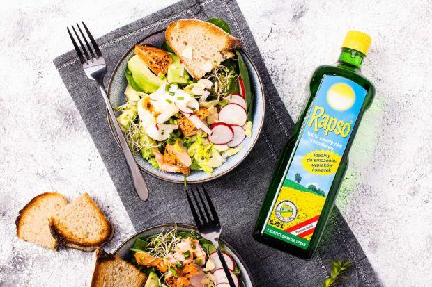Wiosenna sałatka z jajkiem, rybą i awokado to przepis na danie, które dostarczy składników mineralnych oraz zdrowych tłuszczy. Stanowi doskonałe źródło energii dla wiosennych aktywności na świeżym powietrzu. Jest też bardzo pyszna!