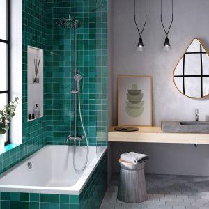 Prosta łazienka w szarościach i mocnej szmaragdowej zieleni nawiązuje do klimatu loft. Na zdjęciu: Fiesta  - deszczownia z natryskiem i baterią wannową oraz bateria umywalkowa stojąca z tej samej kolekcji.  Fot. Ferro