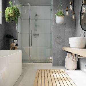 Łazienka w stylu loft, ale inspirowana także trendem biophilic design. Na zdjęciu: bateria umywalkowa stojąca, natryskowa i wannowa Veneto VerdeLine, zestaw natryskowy przesuwny Emo, dodatki z kolekcji Metalia 1.  Fot. Ferro