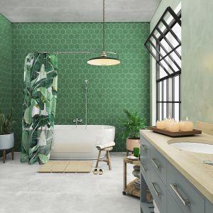 Zielona łazienka w naturalnym stylu. Na zdjęciu: bateria umywalkowa stojąca Savio, bateria wannowa ścienna Savio, rączka natrysku Sole.  Fot. Ferro