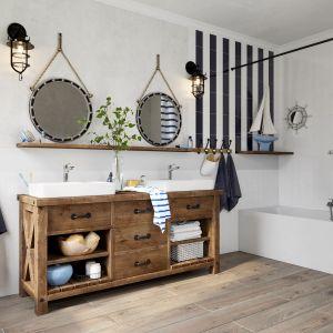 Łazienka w stylu vintage, inspirowana marynarskim klimatem. Na zdjęciu: bateria umywalkowa stojąca Stratos, zestaw natryskowy przesuwny Quadro. Fot. Ferro