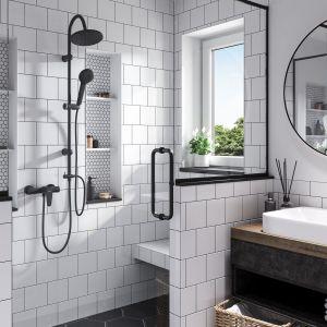 Czarno-biała łazienka to prawdziwy hit w 2021 roku. Na zdjęciu: zestaw natryskowy przesuwny Rondo Black z deszczownią, bateria natryskowa ścienna Algeo Black, bateria umywalkowa stojąca Algeo Black.  Fot. Ferro