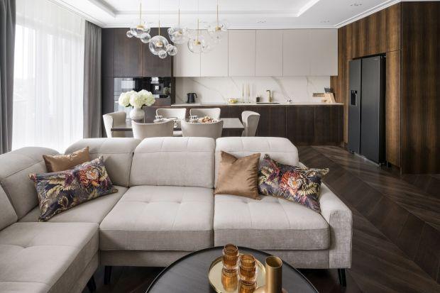 Ten apartament powstał dla rodziny o jasno sprecyzowanych oczekiwaniach. Przestrzeń miała być wyrafinowana, pełna elegancji i przykuwająca wzrok intrygującymi detalami. Projekt powierzono Magdalenie Miśkiewicz, a w efekcie jej pracy powstało wnę
