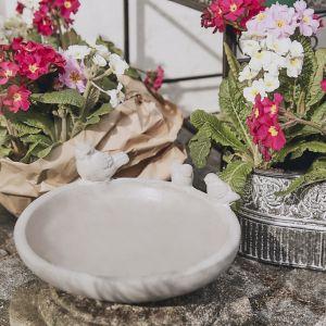 Latarenki i lampy, kosze na drobiazgi, konewki to praktyczne, ale i piękne akcesoria, które przy okazji zdobią ogród. Fot. WestwingNow