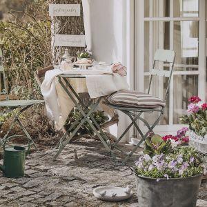 Do ogrodu wybierz meble wykonane z organicznych materiałów, czyli drewna i rattanu. Fot. WestwingNow