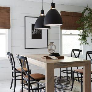 Dwie wiszące nad stołem lampy z czarnymi oprawami to pomysł do skandynawskiej lub loftowej kuchni. Fot. Distinctive Lighting