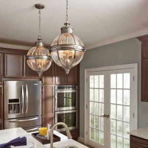 Lampy w kształcie kuli w nietypowym, nieco loftowym wydaniu dodają pazura kuchennej aranżacji. Fot. Distinctive Lighting