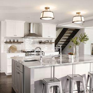 Pomysł na elegancki i stylowe oświetlenie wyspy w kuchni. Fot. Distinctive Lighting
