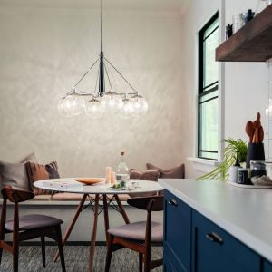 Bardzo efektowne oświetlenie stołu w kuchni - lampa wydaje się dosłownie płynąć w powietrzu. Fot. Distinctive Lighting