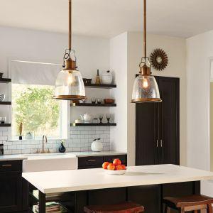 Duże lampy wiszące cieszą oczy kolorem starego mosiądzu - to pomysł do aranżacji vintage, retro, loft, ale i do nowoczesnej  kuchni. Fot. Distinctive Lighting