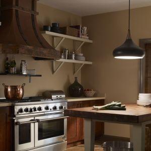Lampa wisząca będzie idealnym wyborem nad stół w kuchni. Fot. Distinctive Lighting