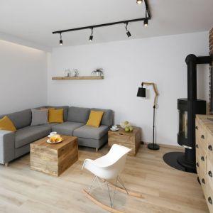 Szary narożnik świetnie ożywiają żółte poduszki. Projekt: Katarzyna Uszok. Fot. Bartosz Jarosz