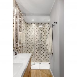 Jasna, nowoczesne łazienka z prysznicem. Wnękę prysznicową podkreślono płytkami o ciekawym wzorze. Projekt: Joanna Nawrocka, JN Studio Joanna Nawrocka. Fot. Łukasz Bera