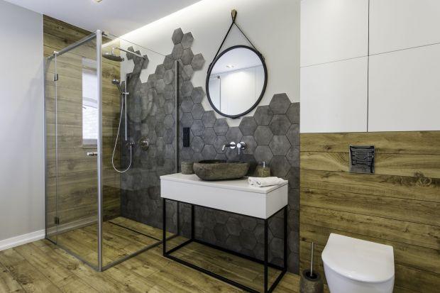 Chcesz mieć prysznic w swojej łazience? Szukasz inspiracji i pomysłów na urządzenie wygodnej imodnej łazienki z prysznicem? Zobacz nasze propozycje. Znajdziesz wśród nich małe łazienki z prysznicem, jak i te o nieco większej powierzchni.<b